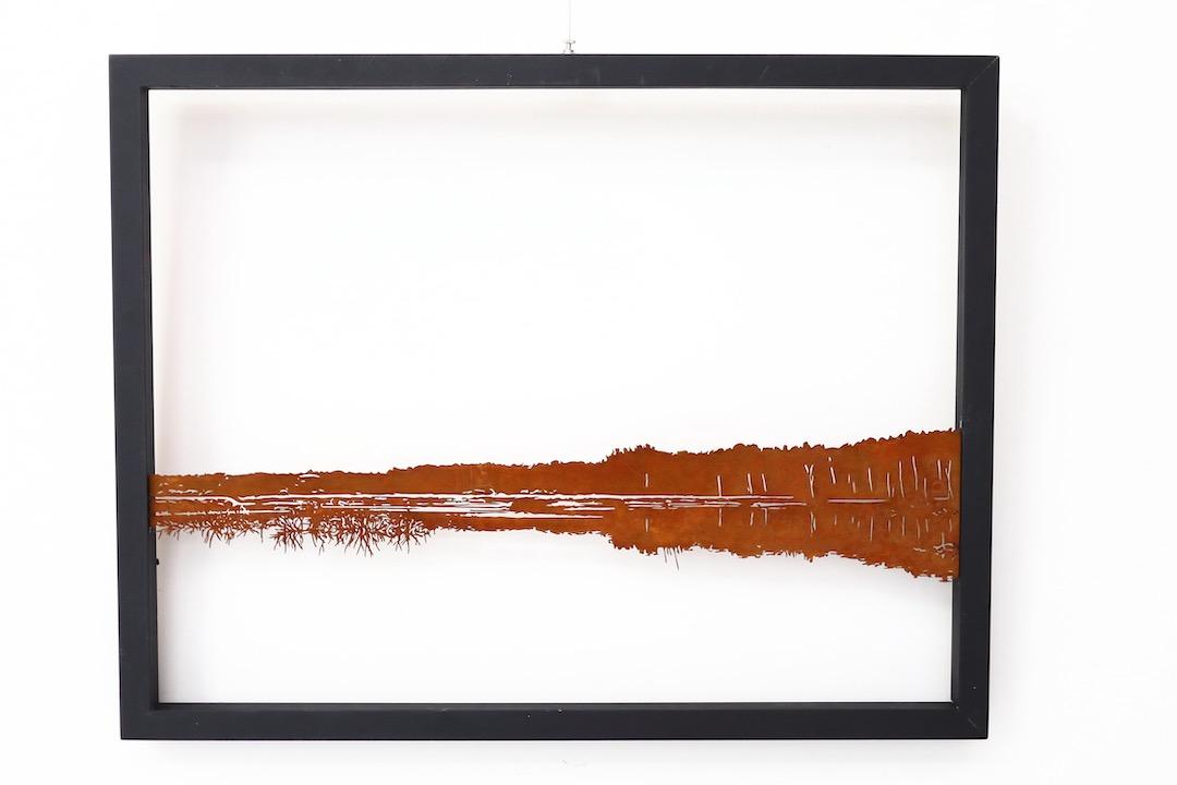 Obraz z cortenu w drewnianej ramie