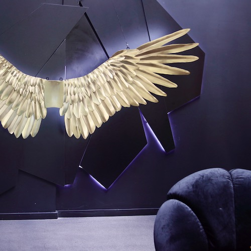 Skrzydła z mosiądzu – rzeźba ścienna